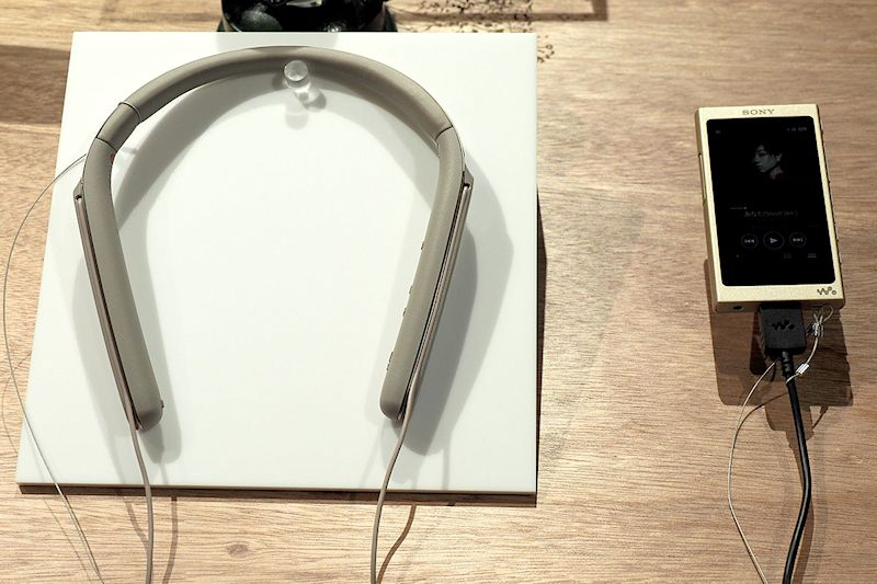 "<a href=""http://www.sony.jp/headphone/products/WI-1000X/"" class=""n"" target=""_blank"">ネックバンド型「WI-1000X」</a>。これが予想外に軽快な装着感。コレいいかも~"