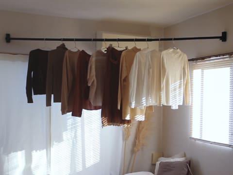 室内干しに便利な、壁に傷が付きにくいピンで固定する物干し竿セット ...