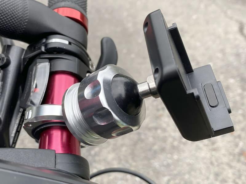 ハンドル取り付け台座の「RM25-JC22」は、手でネジを緩めるとマウントの方向をかなり自由に動かせます。ナビ画面の向きを容易に変えられるというわけです