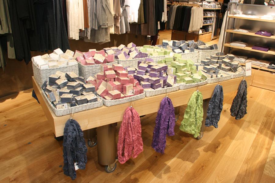 衣類では圧縮Tシャツ、ストールを限定商品として用意