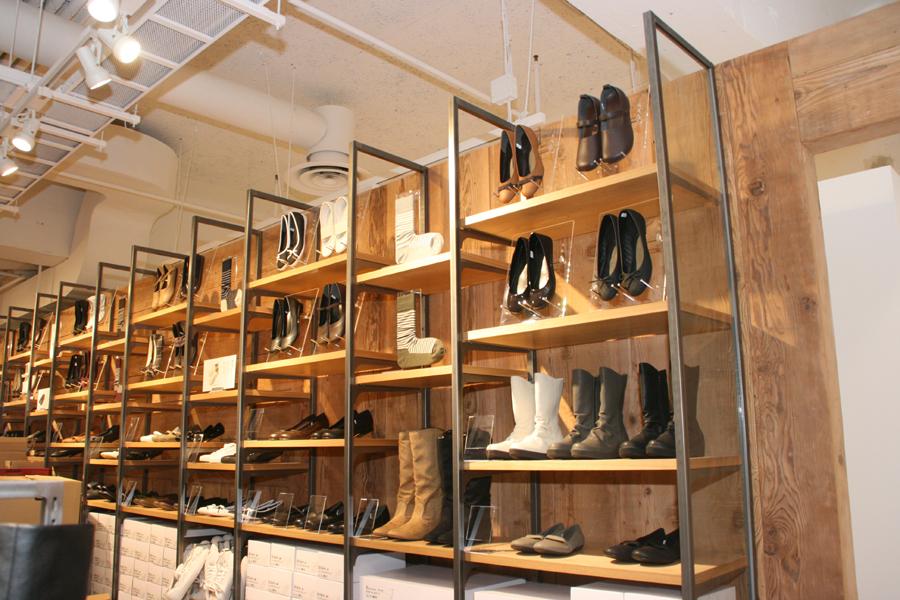 靴売り場も充実している。製品の展示方法も百貨店を意識