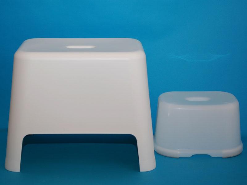 左が無印良品の「風呂いす・大」、右が100円ショップのもの。大きさがまったく違う ...