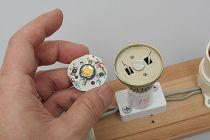こちらはチラつきが発生したLED電球の内部。発光部分のLEDと抵抗と呼ばれる部品, 内部構造