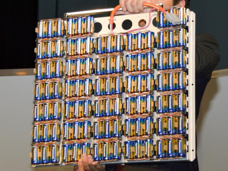 単一形のエボルタ99個を3並列×33直列で並べた様子