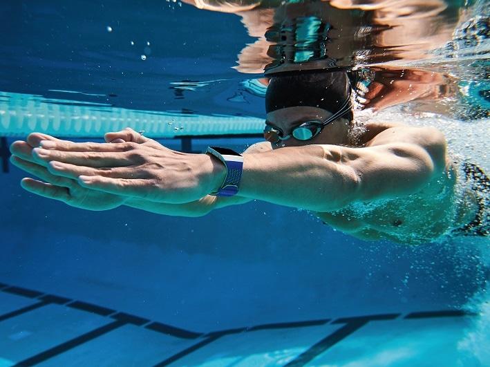 Fitbit、水泳エクササイズに対応し睡眠時無呼吸もわかるスマートウォッチ「Fitbit Ionic」